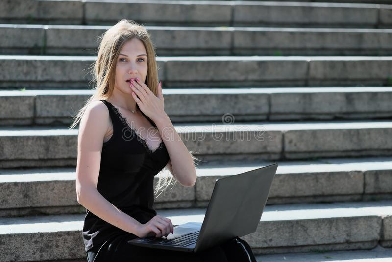 Блондинка оконфужена чего она увидела в компьтер-книжке стоковое фото rf