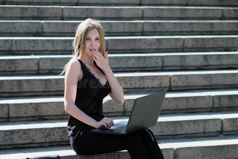 Блондинка оконфужена чего она увидела в компьтер-книжке стоковая фотография rf