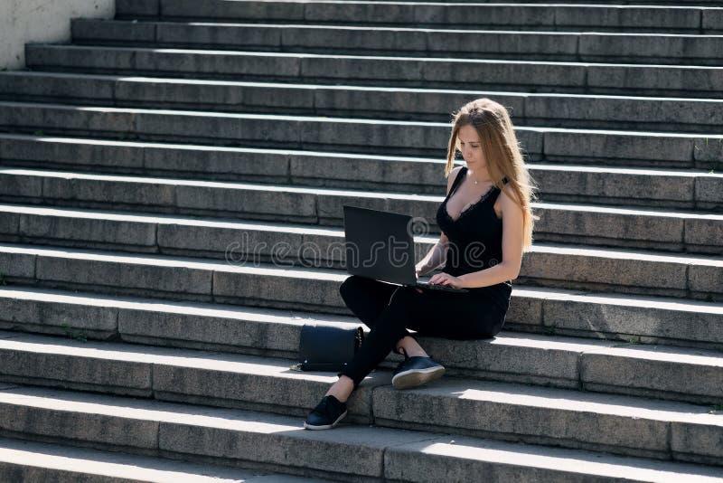 Блондинка оконфужена чего она увидела в компьтер-книжке стоковое изображение