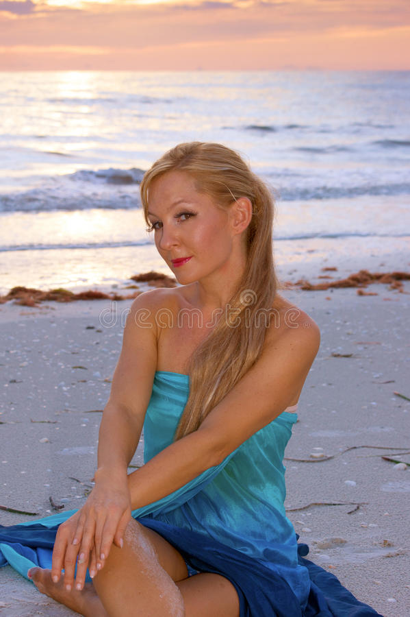 блондинка пляжа красивейшая стоковое фото rf