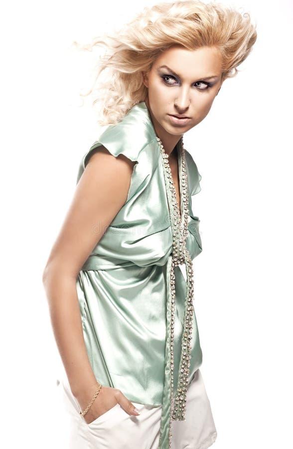 блондинка представляя детенышей стоковое фото rf