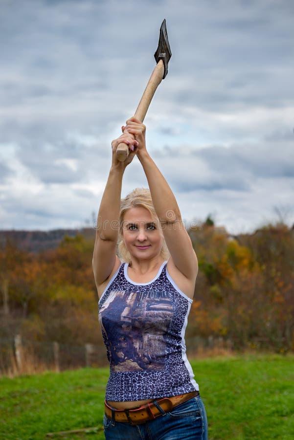 Блондинка с осью стоковая фотография rf