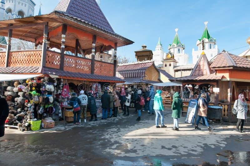 Блошинный в Izmailovo Кремле и комплекс музея, толпа туристов делают покупки стоковая фотография