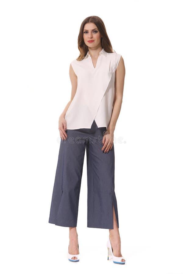 Блузки рубашки рукава лета пятки короткой высокие и брюки culottes на женщине индейца брюнет стоковое изображение rf