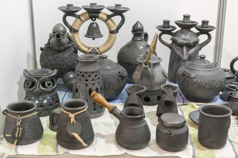 Блюда глины Керамические национальные украинские блюда сделали в области Полтавы в деревне Opishnya и продемонстрировали на внутр стоковые изображения