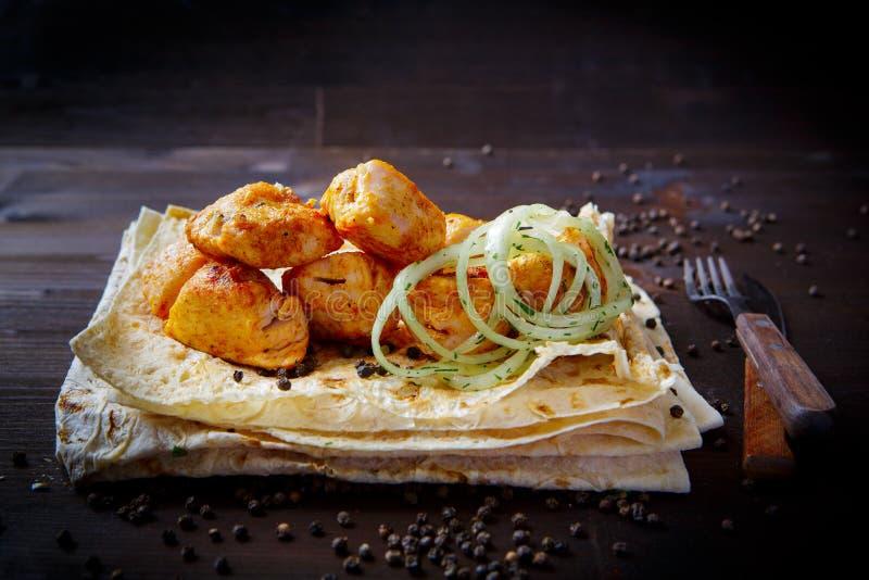 Блюда гриля для меню ресторана : Плоть или филе цыпленка, лук и пита стоковая фотография
