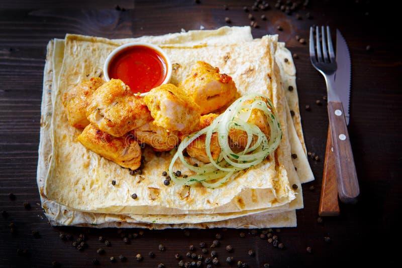 Блюда гриля для меню ресторана : Плоть или филе цыпленка, соус и пита стоковая фотография