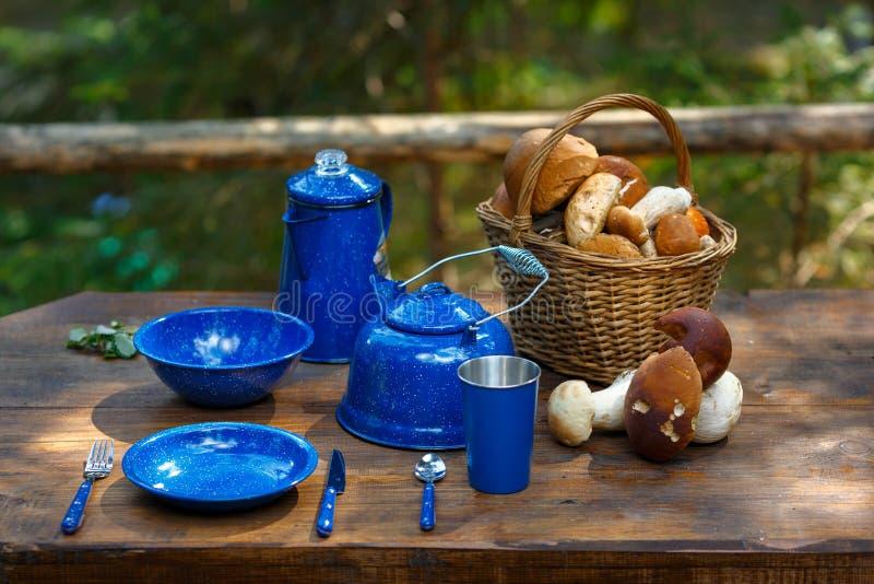 Блюда для располагаться лагерем на таблице стоковое изображение
