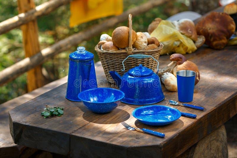 Блюда для располагаться лагерем на таблице стоковые изображения rf