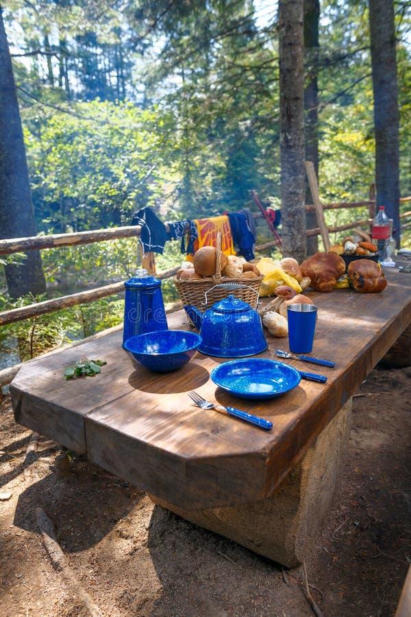 Блюда для располагаться лагерем на таблице стоковое фото rf