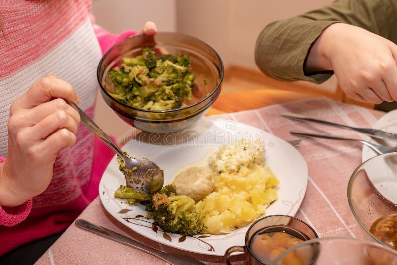 Блюда подготовленные для домодельного обедающего Встреча семьи на кухонном столе стоковое изображение rf