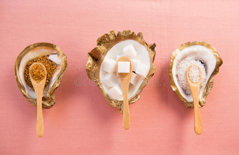 3 блюда сахара с кубами сахара и сахаром turbinado стоковая фотография