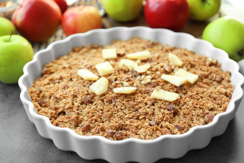 Блюдо выпечки с хрустящей корочкой яблока стоковые изображения