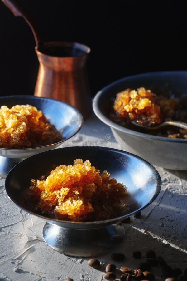 Блюдо для десерта с льдом кофе, шаром и зернами на взгляде со стороны таблицы Сицилийский гранит стоковая фотография rf