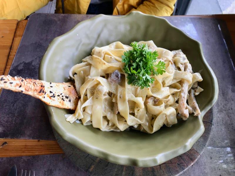 Блюдо макаронных изделий Альфредо Fettuccine с сливк, цыпленком и петрушкой служило на ресторане стоковое изображение rf