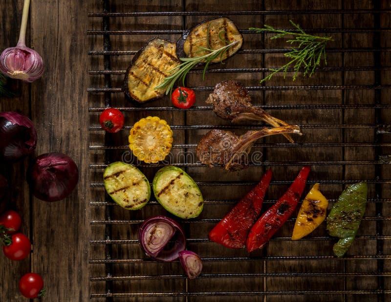 Блюдо на деревянной поверхности стоковое изображение