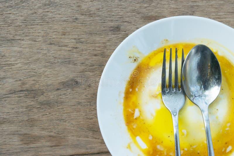 Блюдо пакостно путем кипя яичка на таблице стоковая фотография rf