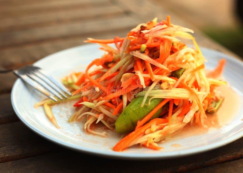 Блюдо пряного салата папапайи традиционное тайское служило с вилкой стоковая фотография rf