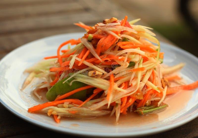 Блюдо пряного салата папапайи традиционное тайское служило с вилкой стоковое изображение