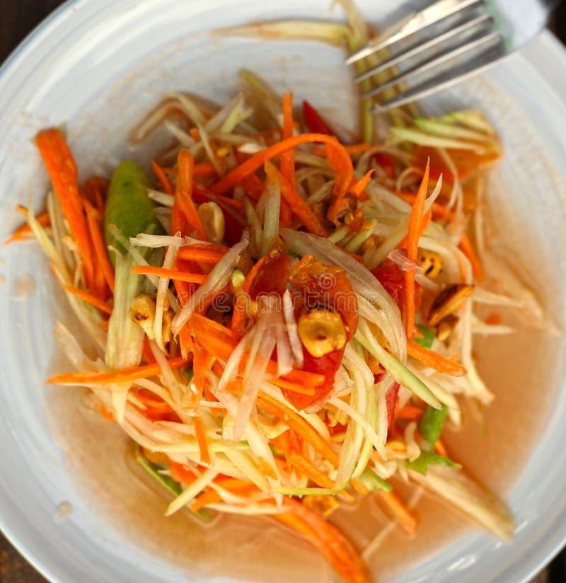 Блюдо пряного салата папапайи традиционное тайское служило с вилкой стоковое изображение rf