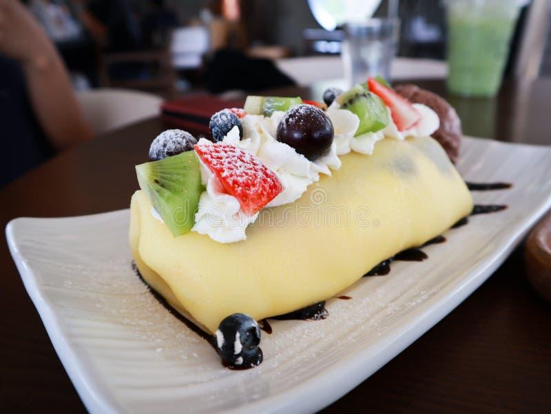 Блюдо свежего торта crape с отрезанными плодами стоковые фото