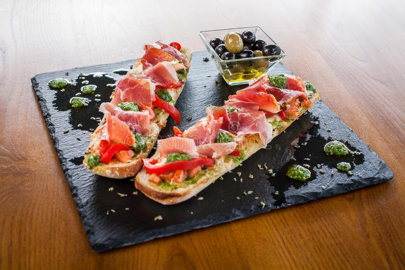 Блюдо сэндвича с оливками gammon ветчины стоковое изображение
