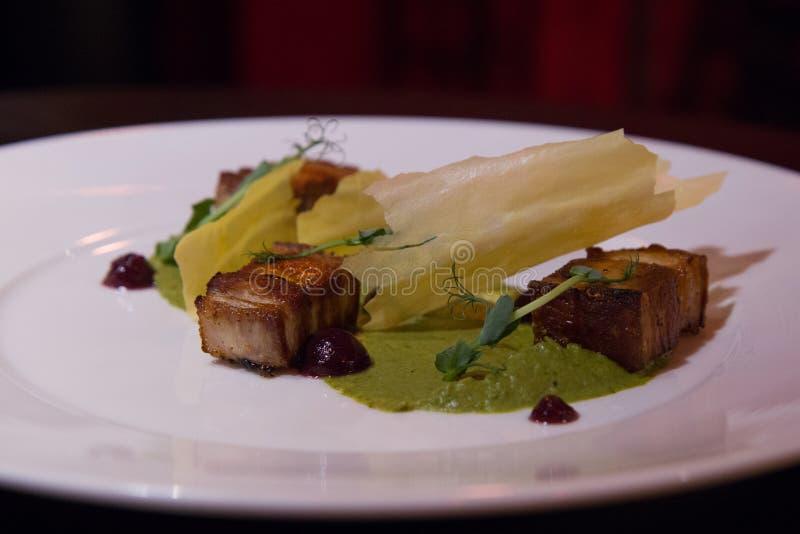 Блюдо с беконом, potatos и souce укропа стоковое изображение