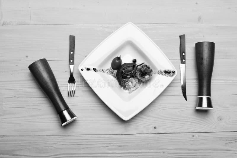 Блюдо с современным представлением на квадратной плите Таблица служила для одного в ресторане или кафе кухня традиционная стоковые фото
