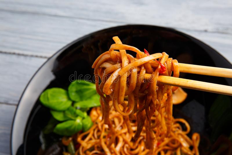 Блюдо традиционного китайския на круглой плите, лапшах риса, капусте или зеленой капусте и зажаренных овощах стоковое фото rf