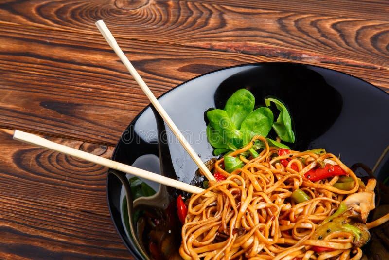 Блюдо традиционного китайския на круглой плите, лапшах риса, капусте капусты зеленой и зажаренных овощах стоковая фотография rf