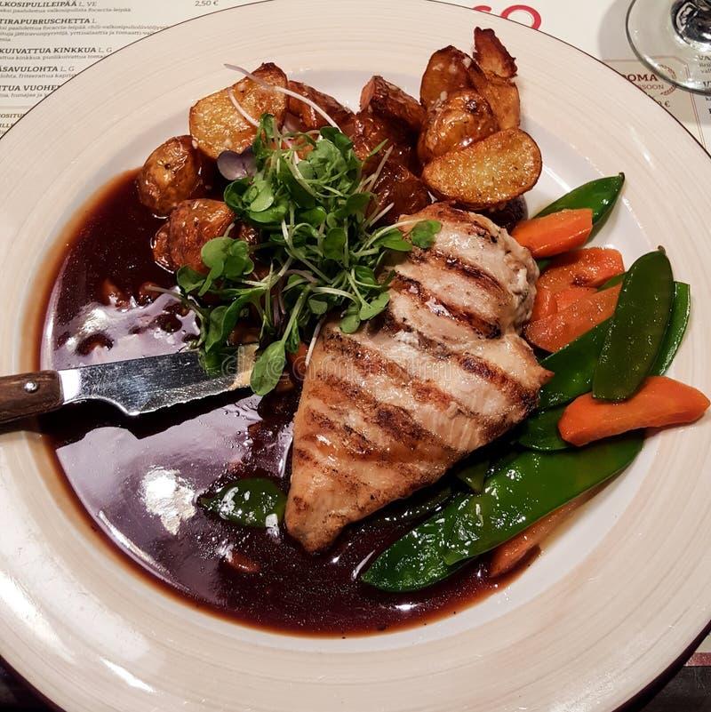 Блюдо цыпленка с овощами и картошками стоковые фото