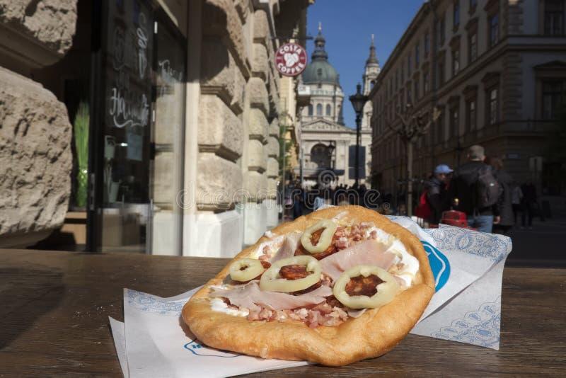Блюдо Langos типичное венгерское стоковое изображение rf