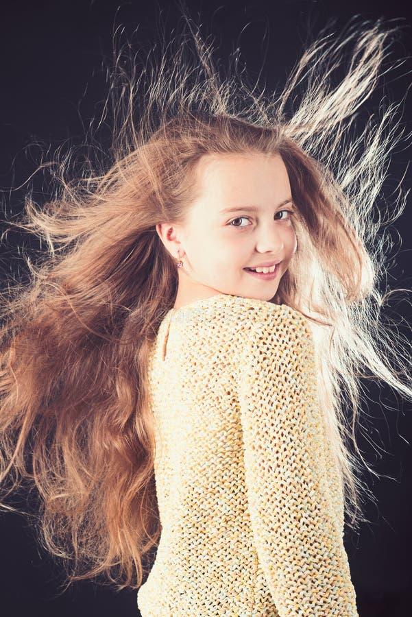 бобра парикмахер ребенк Кожа и уход за волосами волосы девушки длиной малые Портрет моды маленькой девочки детство  стоковые фотографии rf