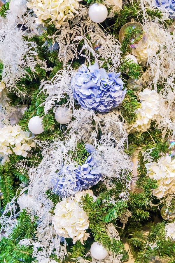 Богато богато украшенное украшенное с рождественской елкой цветков стоковые изображения rf