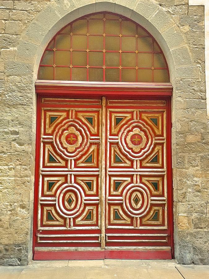 Богато украшенная барочная красная дверь стоковая фотография rf