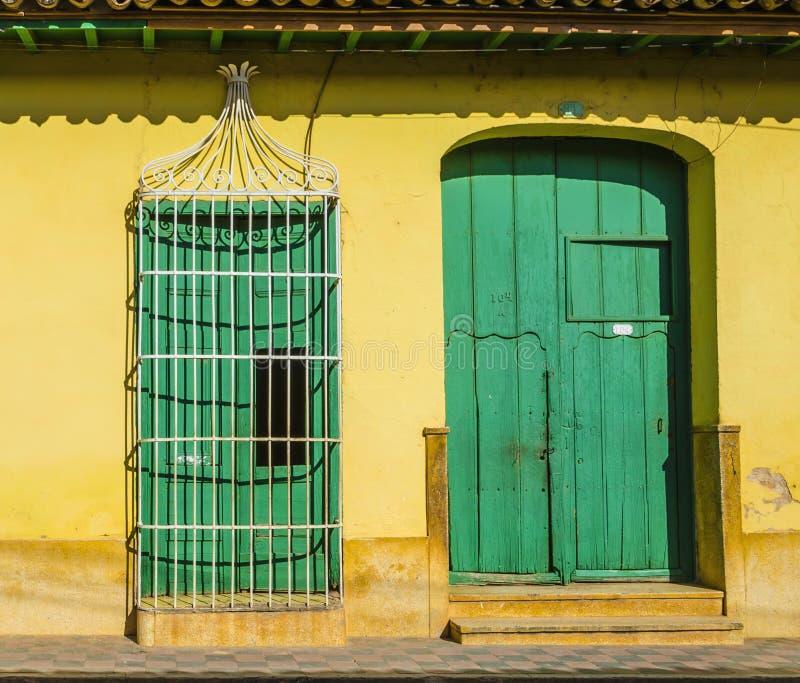 Богато украшенная дверь в старом городке Тринидада перечислила на списке всемирного наследия ЮНЕСКО, колониальной архитектуре стоковое фото