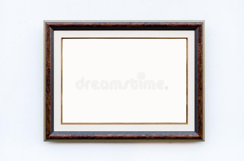 Богато украшенная картинная рамка на белой стене в художественной галерее, пустом Wh стоковое изображение rf