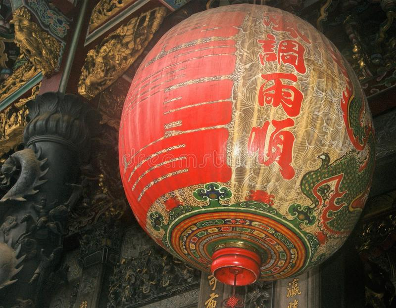 Богато украшенная китайская смертная казнь через повешение фонарика виска от потолка виска стоковое фото rf