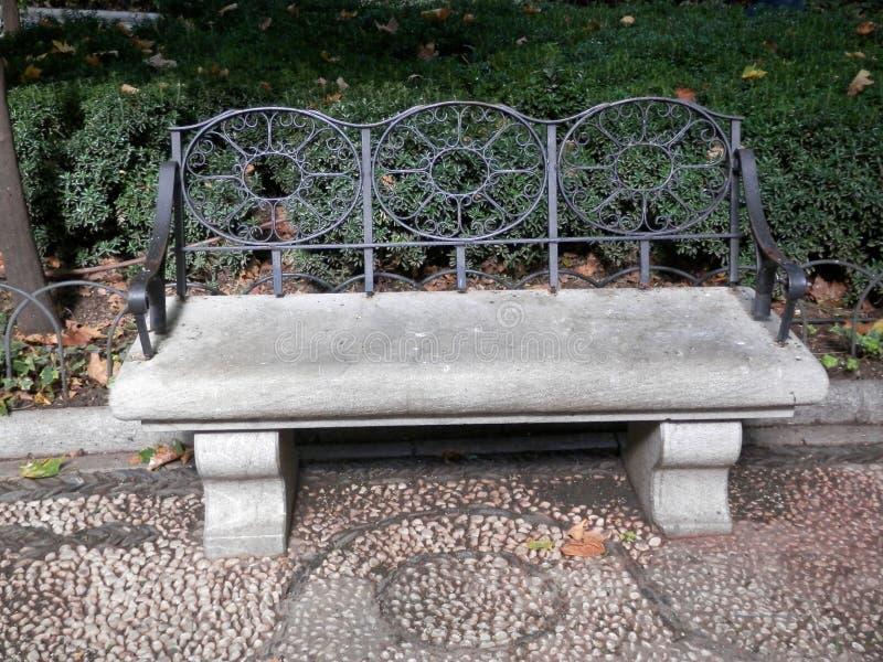 Богато украшенная конкретная скамейка в парке стоковая фотография rf