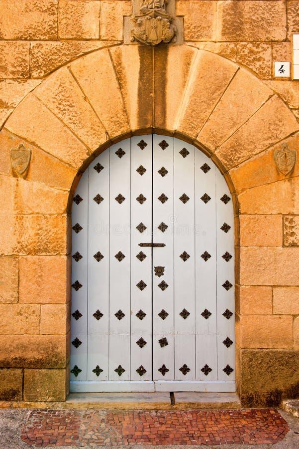 Богато украшенная сдобренная каменная дверь в Poble Espanyol стоковые изображения rf