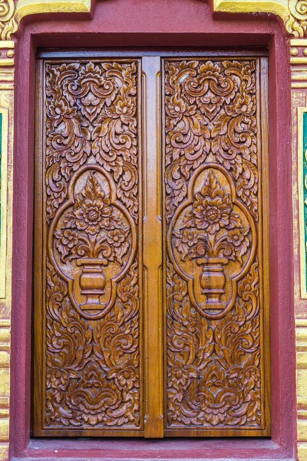 Богато украшенное винтажное деревянное окно в стене стоковые фотографии rf