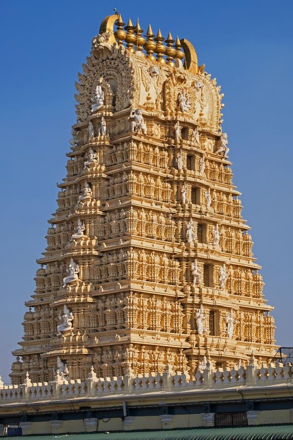 Богато украшенное ворот индусского виска около Майсура стоковое изображение rf