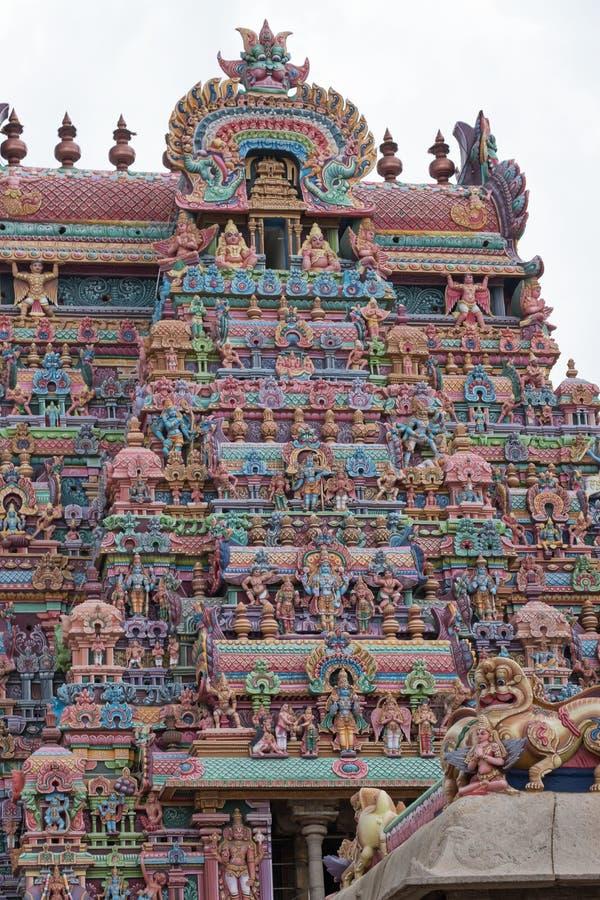 Богато украшенное красочное ворот к месту индусского виска ориентир ориентира в Tamil Nadu стоковая фотография