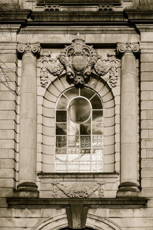 Богато украшенное окно с ионными столбцами и скульптурой стоковое изображение rf