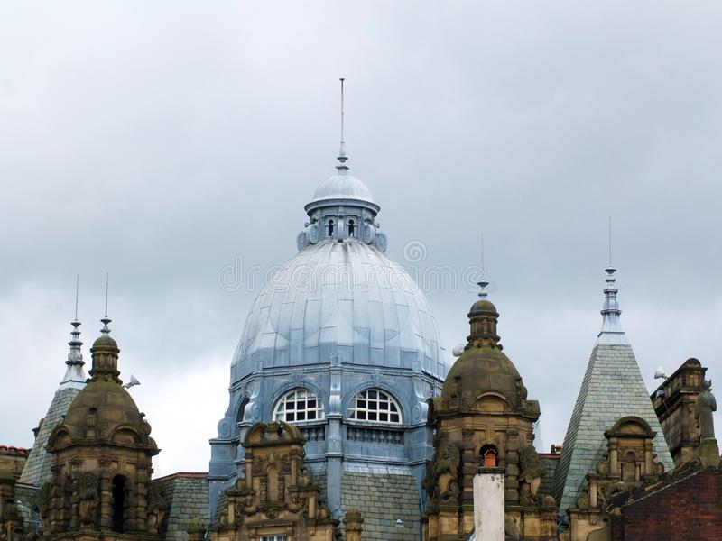 Богато украшенные купол крыши и башни рынка города Лидса в Западном Йоркшире против серого облачного неба стоковые фотографии rf