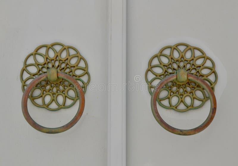 Богато украшенные ручки двери на гидре, Греции стоковые фото