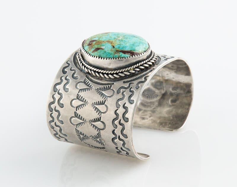 Богато украшенный браслет тумака стерлингового серебра с большим камнем бирюзы. стоковое изображение rf
