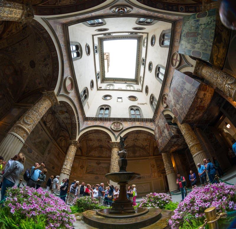 Богато украшенный двор ренессанса в Palazzo Vecchio в Floren стоковые изображения rf