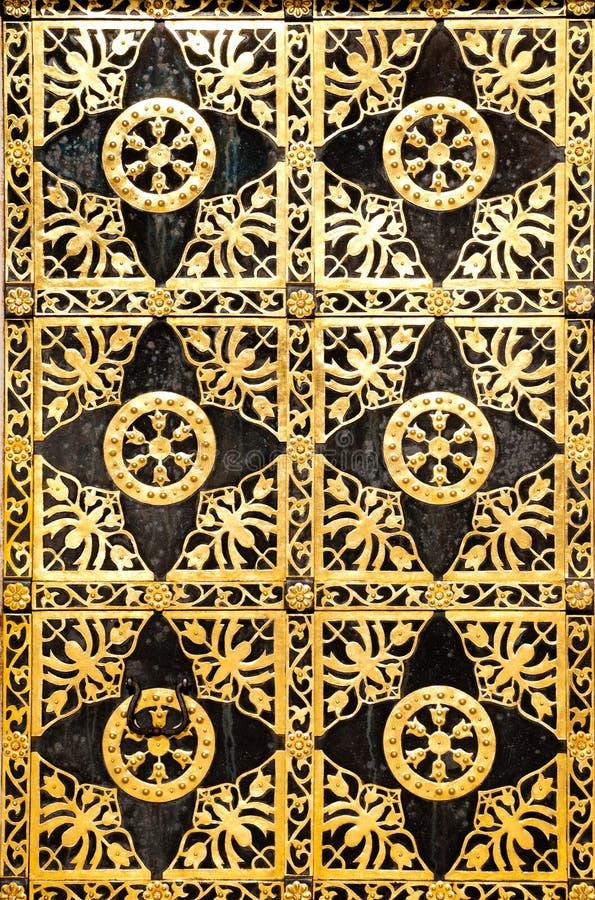 богато украшенный двери золотистое старое стоковое фото rf