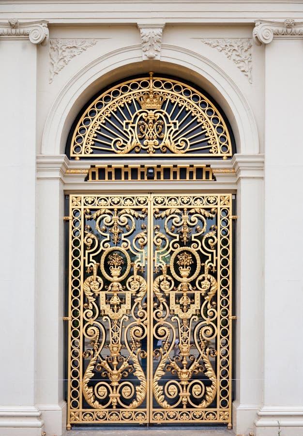 богато украшенный двери золотистое стоковые изображения